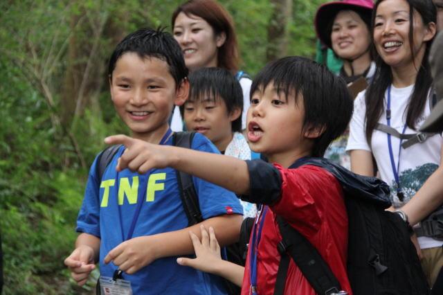 pointing japanese kid nature